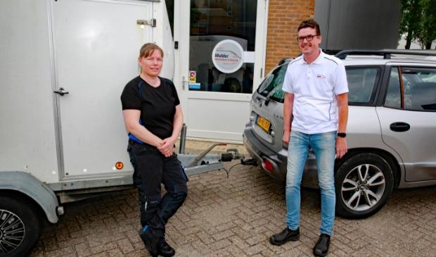 <p>Inge Harmsen is blij met de aanhangwagen, beschikbaar gesteld door Peter Mulder.</p>