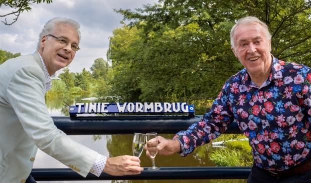 <p>Foto-onderschrift: Erik Bobeldijk en Henk Worm onthulden de nieuwe naam van de brug. (foto: Jorien Blesgraaf-Coops) </p>