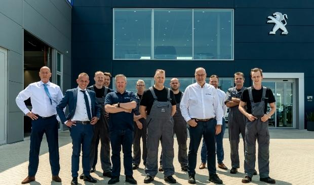 <p>Een groot deel van de medewerkers van Van Mossel voor het pand in Baanstee Noord. Tweede van links Marcel van Heems.</p>