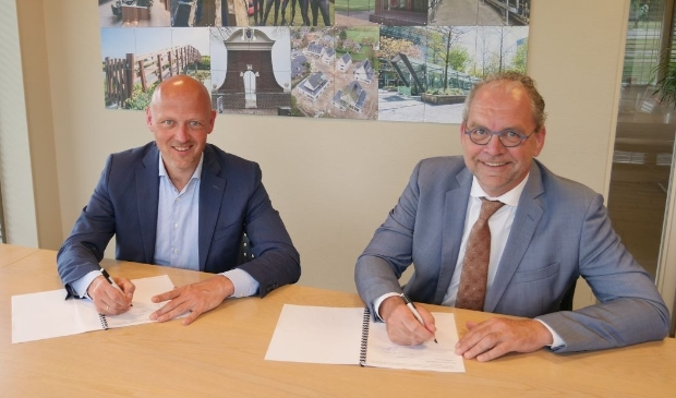 <p>Ondertekening intentieovereenkomst. De heer Bos (l) en wethouder Theo Meskers.</p>
