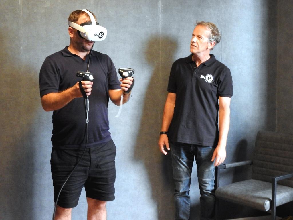 Rafael van der Vaart dompelt zich onder in virtual reality met naast hem Alex Schijffelen. (Foto: Aart Tóth) © rodi