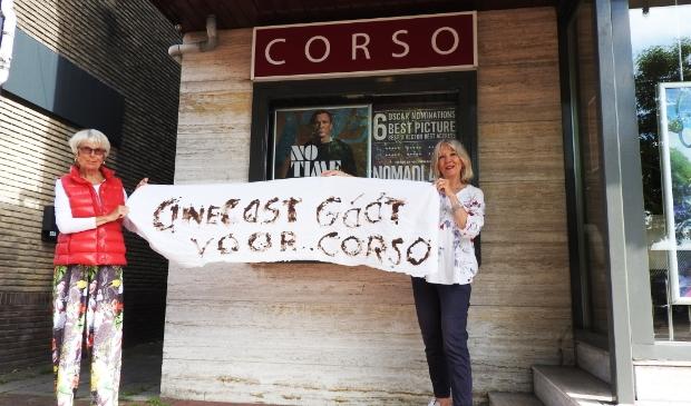 """Nanda Ranzijn (rechts) en Willemijn Christiaanse van CineCast benadrukken nog even met """"CineCast gáát voor Corso"""" het belang van Corso."""