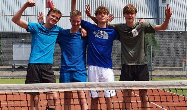 <p>Op de foto van links naar rechts: Quinten Ruiter, Lars Rolink, Jeroen en Gijs Metselaar (Yannick Rooymans kon er helaas niet bij zijn).</p>