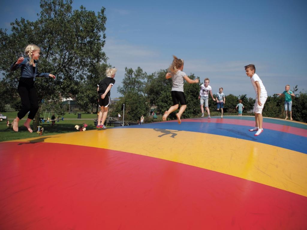 Kinderen springen op de Airtrampoline. (Foto: Aangeleverd) © rodi