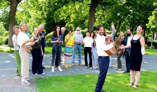 <p>Gasten, medewerkers en vrijwilligers van Parkvilla genieten van temperamentvolle Latin-muziek, tijdens de opening van de culturele Zomerweken.</p>