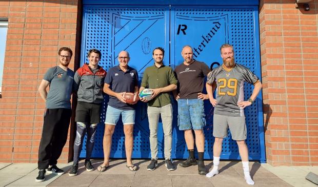 <p>Op de foto enkele leden van beide clubs. Waaronder voorzitter Robert Jonk van RCW, Stefan Vreeman van De Barbarians en Peter Romp, voorzieningenmanager van RCW.</p>