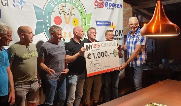 <p>Het team van Dirkshorn werd winnaar van de tweede editie van het 11 Dorpentoernooi en ontving een cheque van duizend euro. Rechts organisator Dirk Snip.</p>