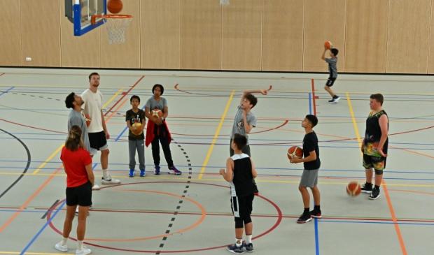 <p>De jeugd kreeg een lesje in basketbal van professionals.</p>