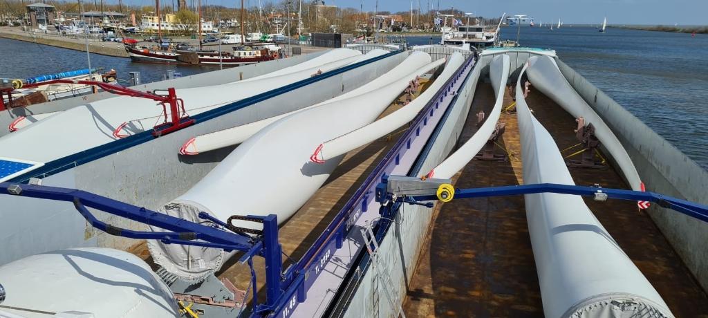De drie schepen en hun lading in Enkhuizen. Foto: Marc van den Berg © rodi