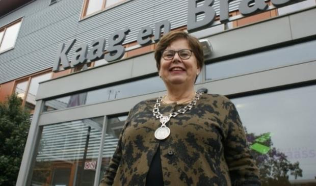 <p>Marina van der Velde-Menting draagt na 11 elf jaar het stokje over als burgermoeder.</p>