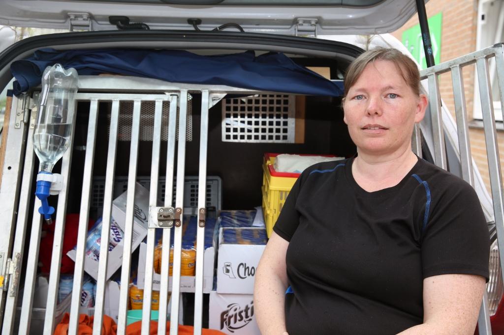 Inge Harmsen heeft haar auto volgeladen en de reis naar Limburgkan beginnen. (Foto: Theo Annes) © rodi