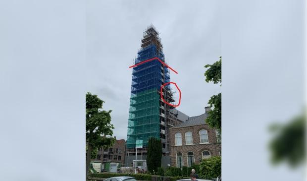 <p>De kerktoren staat nog volledig in de steigers.</p>