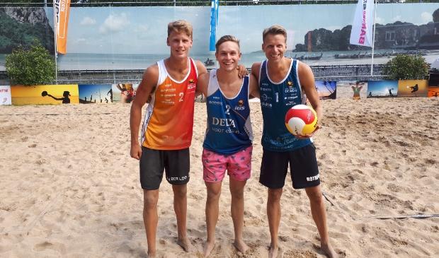 <p>De drie Boskoopse beachvolleyballers die deelnamen aan het NK King of the Court: Sam van der Loo (links), Jonas Oudijk (midden) en Eric Jan Rothfusz (rechts). </p>