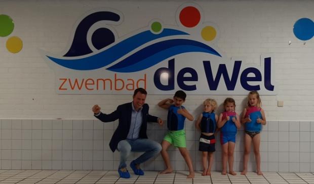 <p>Burgemeester Robbert-Jan van Duijn onthult het nieuwe logo van het zwembad.&nbsp;</p>
