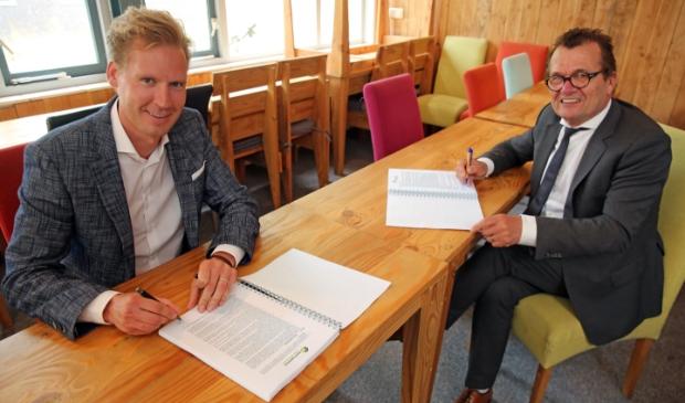 <p>Namens de gemeente ondertekent wethouder John Does (r), vanuit Pro6 Vastgoed ondertekent Bas Verlaan.</p>