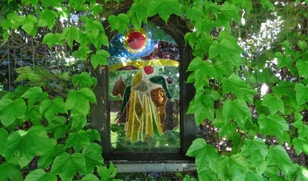 Een van de Bijbelse voorstellingen in gekleurd glas: De Barmhartige Samaritaan', gemaakt door Jeroen Dijkhuizen  (Foto: Marieke Roggeveen) © rodi