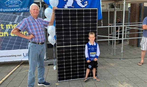 <p>Vrijwilliger Piet van Zijl en jeugdlid Javi Bruin flankeren &eacute;&eacute;n van de 197 zonnepanelen, die ADO&rsquo;20 laat plaatsen door Patina Stroomdak.</p>