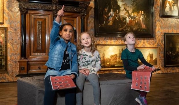 <p>Kinderen leren spelenderwijs in het museum.</p>