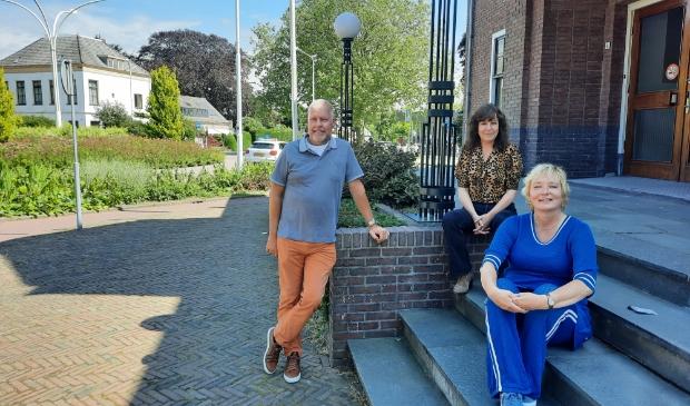 <p>Van links naar rechts Hessel Hiemstra, Pauline Wittebol en Gerda Beekman op de stoep van het gemeentehuis.</p>