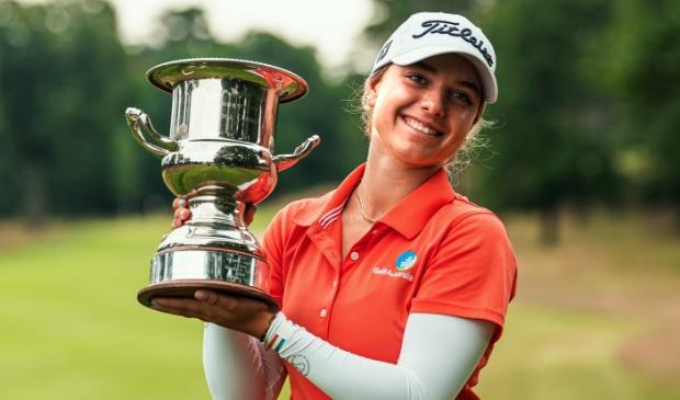 Stephanie Kyriacou, de trotse winnares van het eerste Big Green Egg Open op de Rosendaelsche.
