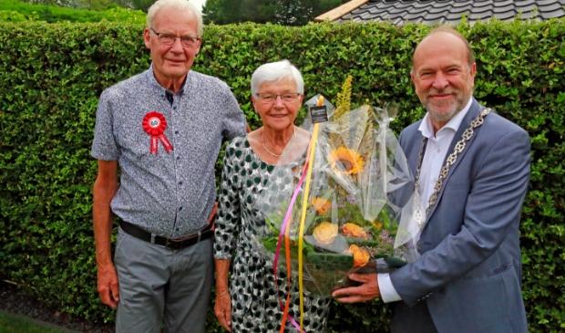 <p>Burgemeester Bert Blase bezocht het paar op hun trouwdag om ze te feliciteren. </p>