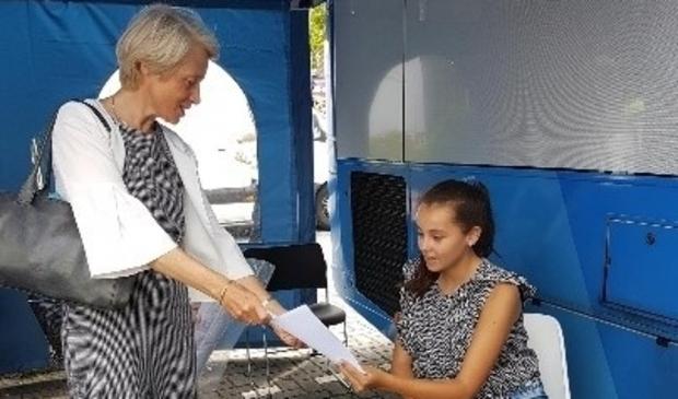 <p>In de prikbus in Volendam overhandigde burgemeester Lieke Sievers het eerste vaccinatiebewijs.&nbsp;</p>