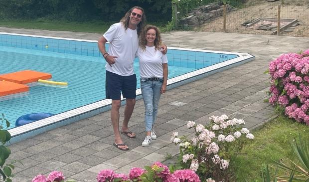 <p>Badmeester Richard en Sandra Krougman van Holland Sport.</p>