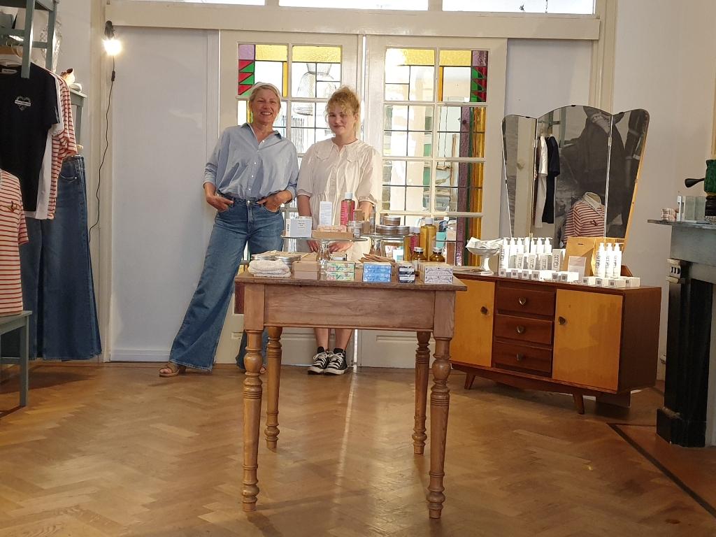 Jacqueline Klouwers en dochter Jasmijn van der Klei in de winkel in wording: Pluim opent vrijdag 30 juli haar deuren. (Foto: Rodi Media/IH) © rodi