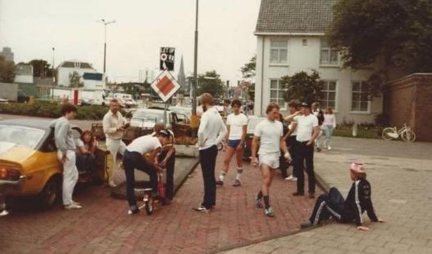 <p>Helderse deelnemers en begeleiding tijdens tussenstop autopedtocht Den Haag-Den Helder.<br><br></p>
