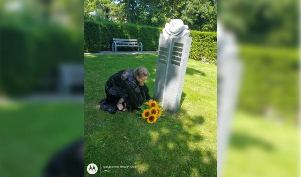 """<p pstyle=""""PLAT"""">(Wethouder Rosemarijn Dral legt bloemen neer.</p>"""