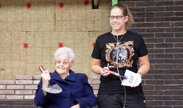 <p>Bewoners mevrouw Groot en mevrouw Mol legden samen de eerste stenen van het nieuwe Gezinspaviljoen </p>