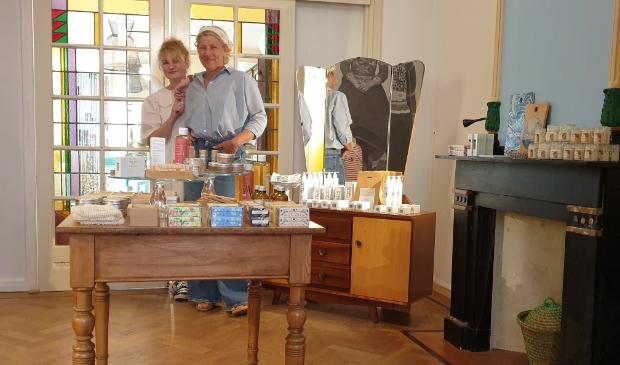 <p>Jacqueline Klouwers en dochter Jasmijn van der Klei in de winkel in wording: Pluim opent vrijdag 30 juli haar deuren.</p>