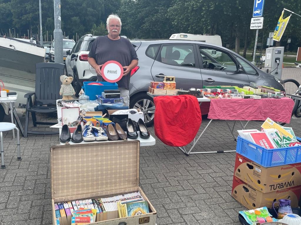 Koos van Cassel is al 21 jaar op de Helderse kofferbakmarkten te vinden. (Foto: JB/RM) © rodi