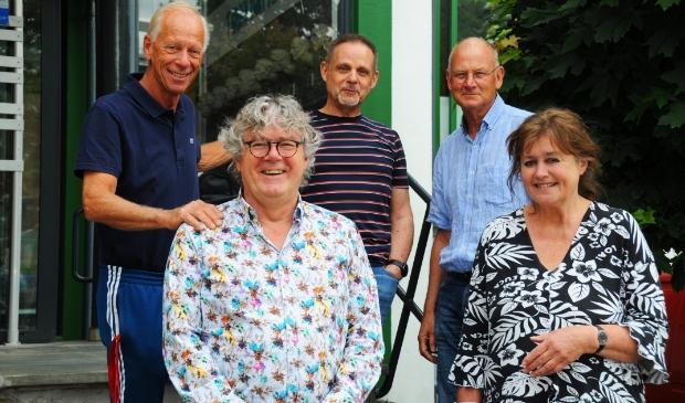 Achter Harm Hakkoer en Anne de Koning staan Jan Geleynse, Harry Dormans en Nico Minnaard.