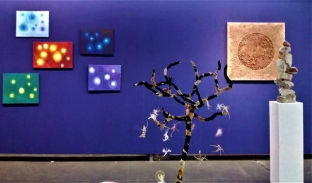 <p>De expositie toont onderzoek naar waar levensenergie vandaan komt.</p>