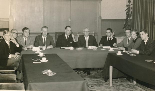 <p>Jongerenparlement in de trouwzaal oktober 1966. Geheel links Bert Heuvelman.</p>