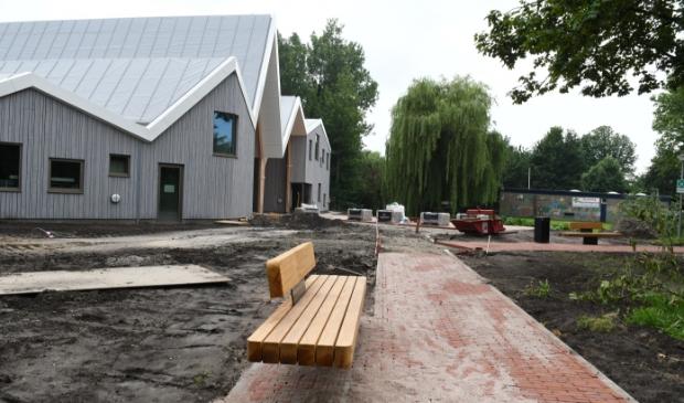 Het terras achter het dorpshuis wordt een geliefde plek om te zitten.  © rodi