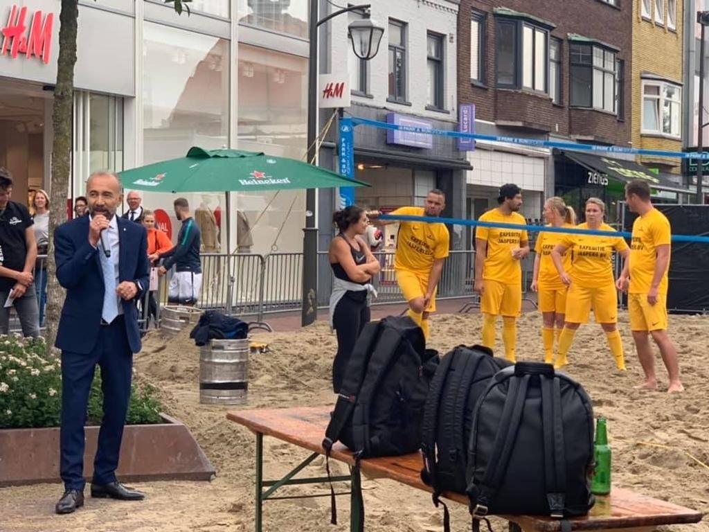 GroenLinks Beverwijk zal met een vervanger komen voor de opgestapte wethouder Erol (links met microfoon). ((Foto: Facebook Haydar Erol)) © rodi