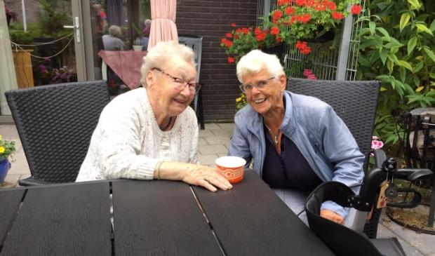 """<p pstyle=""""PLAT"""">Twee bewoonsters van woonzorgcentrum Hugo-Waard genieten samen van een ijsje van Gouden Dagen Heerhugowaard.</p>"""