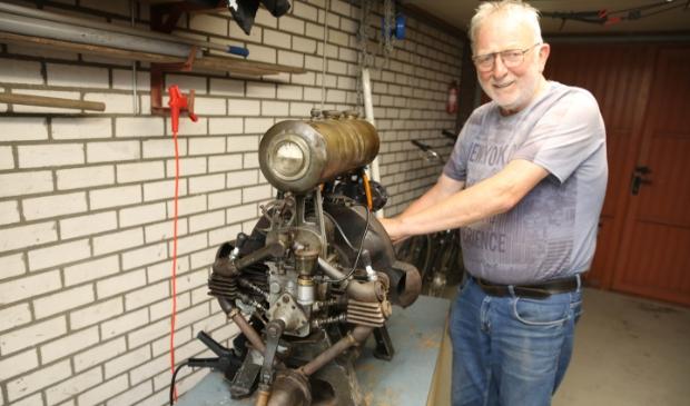 """<p class=""""ONDERSCHRIFT"""" pstyle=""""ONDERSCHRIFT"""">De motor gaat draaien en Piet Droog krijgt een brede glimlach. (Foto: Theo Annes) © rodi"""