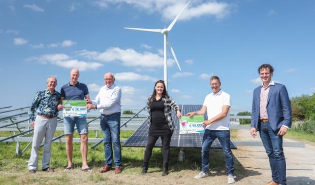 <p>Wethouder Jelle Beemsterboer (r) ontving de bijdrage en gaf deze door aan Henk van Zanten en Jolijn van Dijk van de Schager Uitdaging. </p>