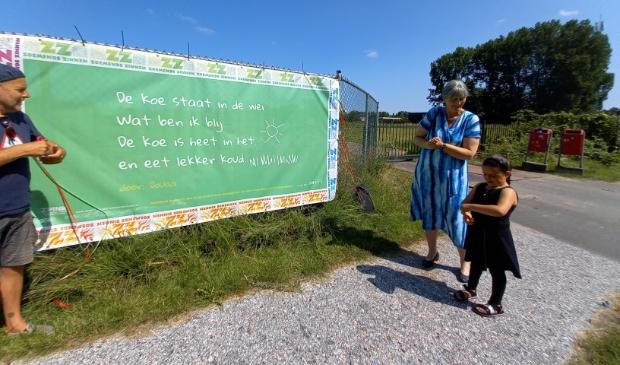 <p>Douaa van zes jaar liet zien dat een gedicht uit woorden &eacute;n tekeningen kan bestaan. Haar gedicht werd groot afgedrukt op een doek en hangt aan straat Poelenburg aan het bouwhek. </p>