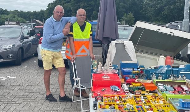 <p>Organisatoren Flip Kos en Ed van der Pol op de kofferbakmarkt bij de Donkere Duinen.&nbsp;</p>