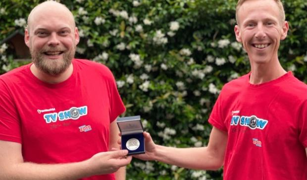 <p>Stefan de Graaf (l) wordt de nieuwe voorzitter van Stichting Vakantiespel. Hij neemt het stokje over van Robbert Zantingh.</p>