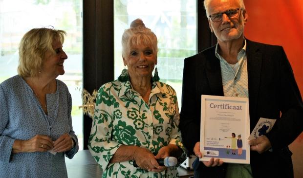 """<p pstyle=""""PLAT"""">Frank Bonsel (WPW) ontvangt vol trots het certificaat uit handen van Nel van Ockenburg en Anneke Rensing van Netwerk Dementie NHN / Alzheimer Nederland.</p>"""