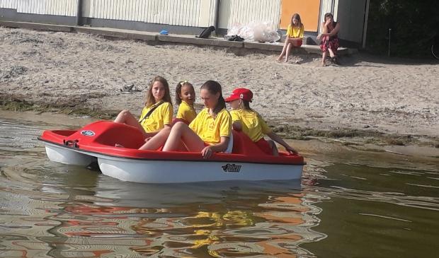 <p>Jeugdleden Reddingsbrigade Enkhuizen vermaken zich met nieuwe waterfiets.</p>