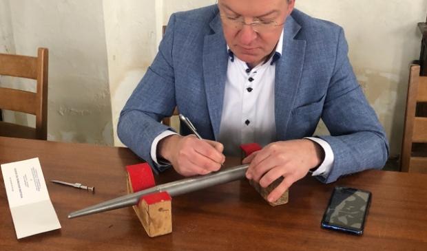<p>Orgelbouwer Johan Zoutendijk die aan het graveren is</p>