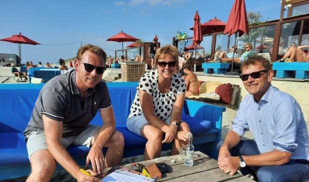 <p>Burgemeester Smit (rechts) en vertegenwoordigers van de Reddingsbrigade Wijk aan Zee ondertekenen de overeenkomst.</p>