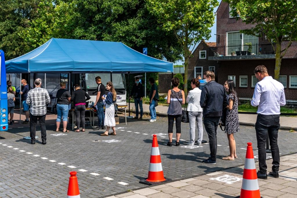 De GGD meldt dat de aanloop bij mobiele prikbus in Volendam erg groot was, zodat er een tweede bus bijkomt. (Foto: Evert Ruis ) © rodi