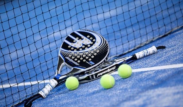 """<p class=""""ONDERSCHRIFT"""" pstyle=""""ONDERSCHRIFT"""">Padellen is een combinatie van tennis, squash en beachball.</p>"""
